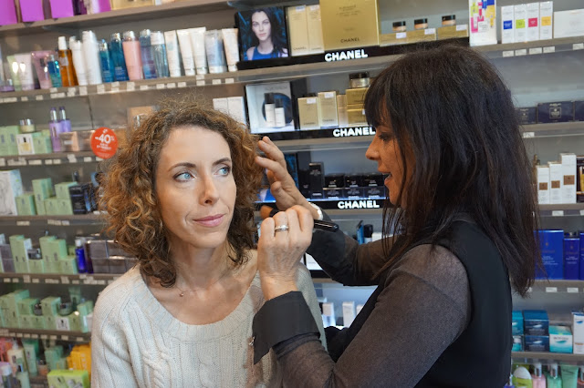 La make up artist applique le Teint Ultra Tenue de Chanel