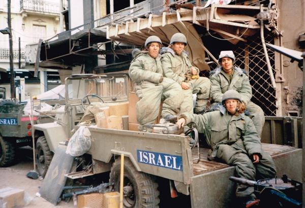 Los soldados israelíes vinieron con vehículos especiales y maquinaria pesada