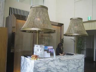 大理石のカウンター上の芸術的なライト