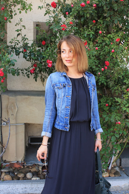 Jeansjacke und Maxikleid bei deutschem Modeblog