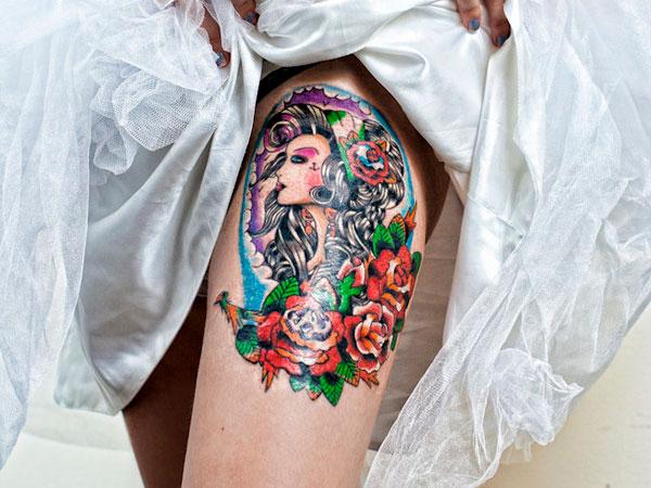 novia en su boda enseña el tatuaje en el muslo de una chica old school