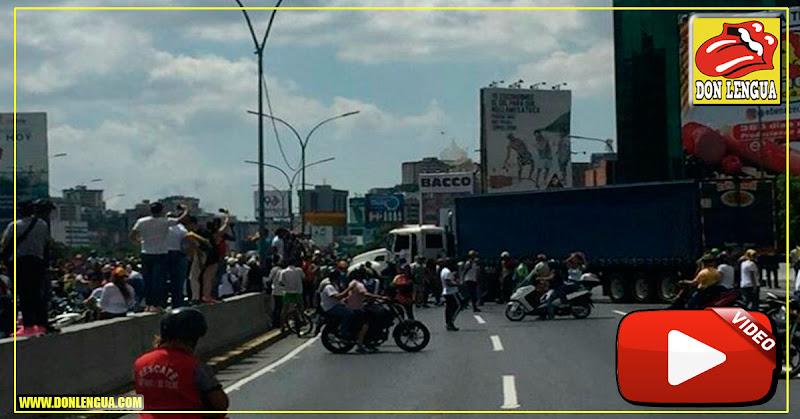 Manifestantes inundan la Autopista Francisco Fajardo para continuar con las protestas