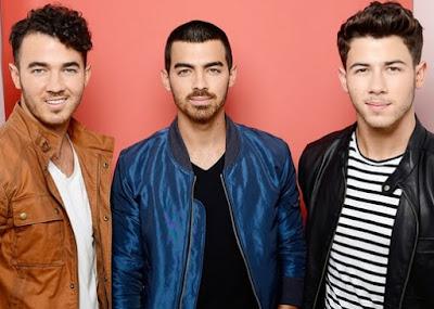 Foto de Joe Jonas con sus hermanos Kevin y Nick
