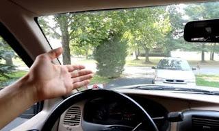 Πώς γίνεται το τέλειο καθάρισμα του παρμπρίζ από μέσα [video]