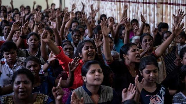 Após atentado no Sri Lanka, igreja que teve 29 mortos se reúne em demonstração de fé