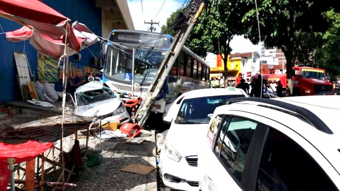Agora Pouco: Ônibus invade avenida e atinge carros na Lagoa; três ficam feridos, na Paraíba