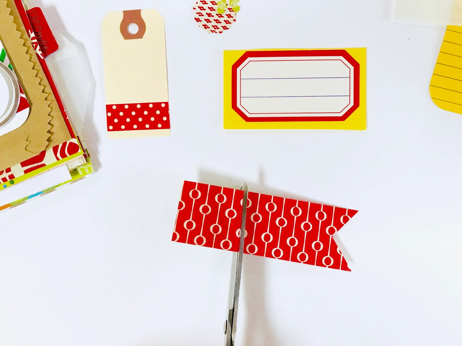 30 Lists Journal for December | Monika shares an easy trick to turn a paper scrap into a pull-out tab.