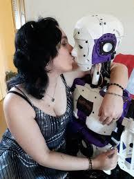 wanita yang menikah dengan robot