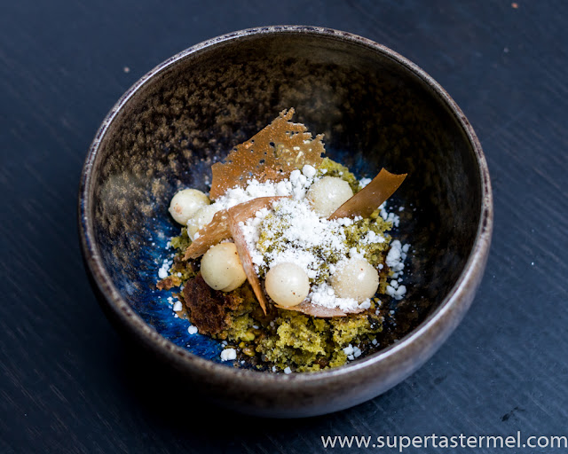 toasted white chocolate with pistachio and blue cheese de librije