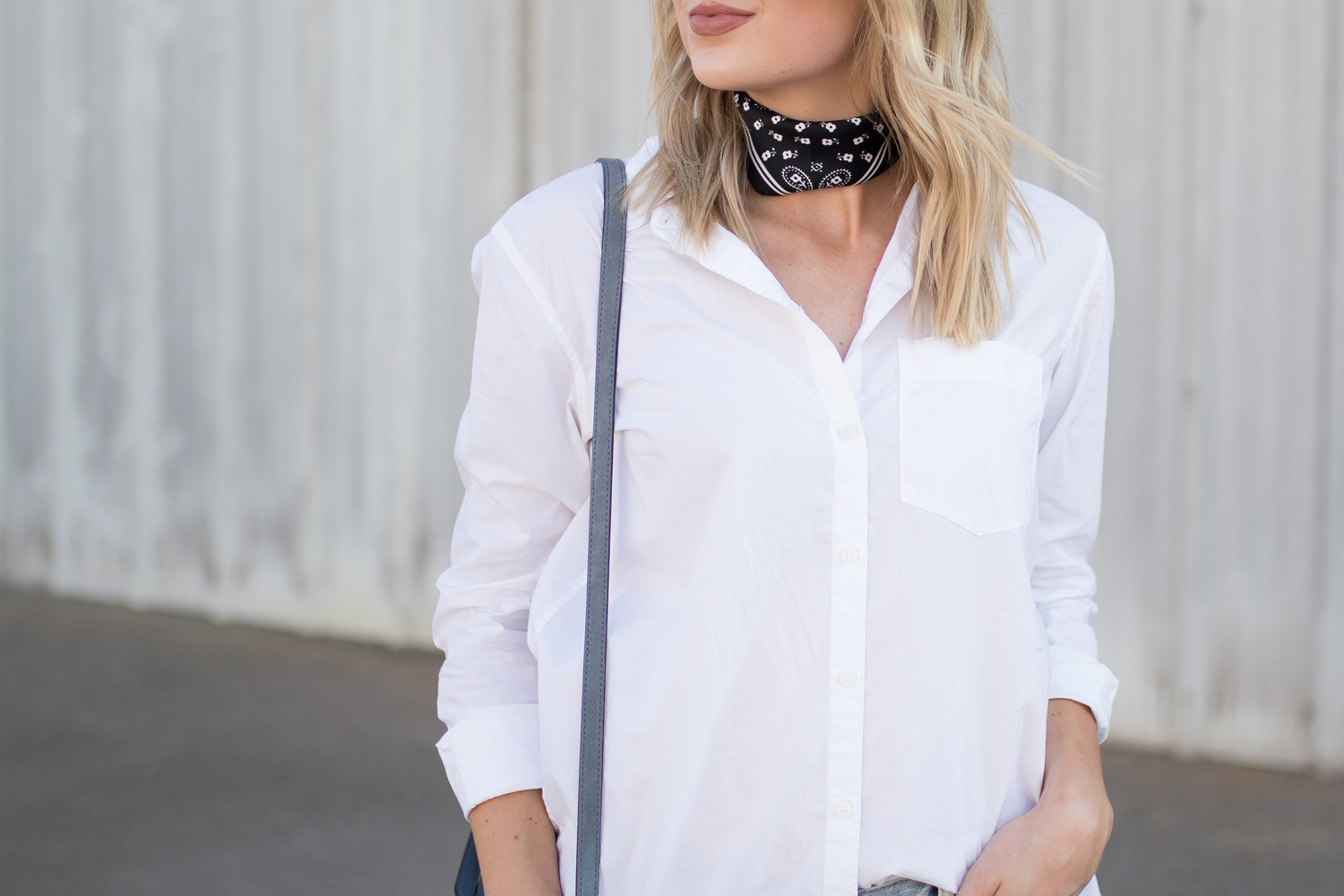 Neck scarf with a button down