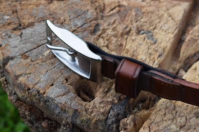 Dettaglio del passante e dell'inserto elastico di questa cintura unisex in cuoio fatta a mano.