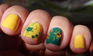 Manicura amarilla y verde con decoraciones