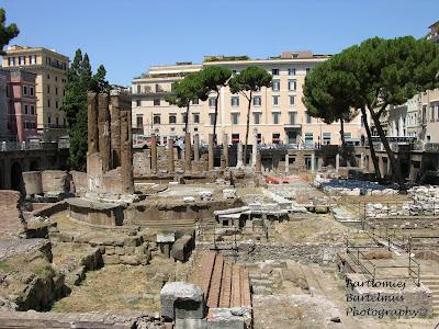 d3ab3eed80284f Tak zwana świątynia C jest najstarszą spośród wszystkich odkrytych na Largo  di Torre Argentina, a czas jej powstania sięga IV lub III w. p.n.e. ...