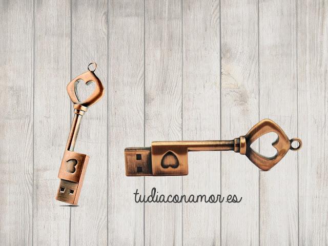 Un detalle para mujer que combina la bisutería con los gadgets, memoria usb con forma de llave vintage con corazones