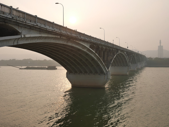 ship and Juzizhou Bridge (橘子洲大桥) in Changsha