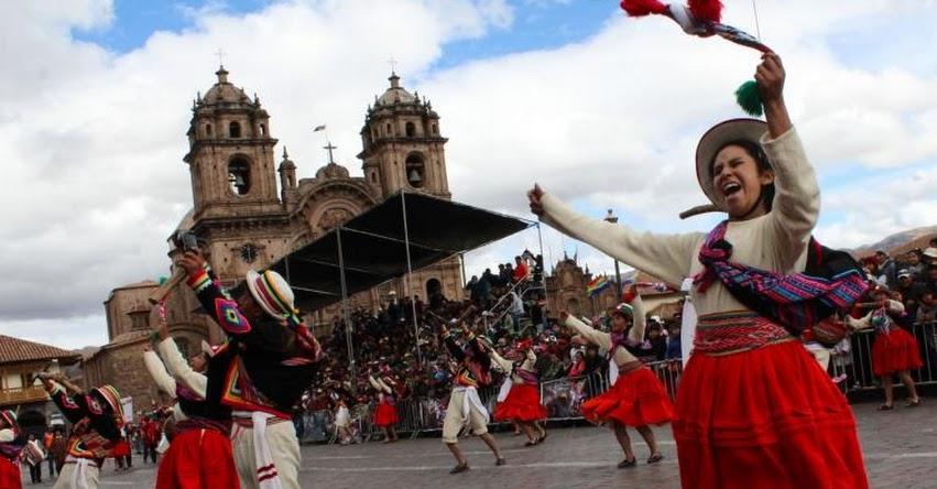 Escolares ofrecen un colorido homenaje a Cusco por su mes jubilar