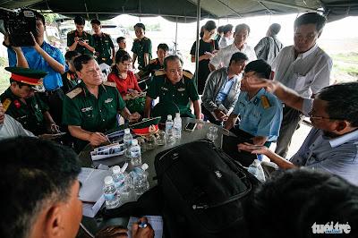 Bộ Tư lệnh TP.HCM phối hợp nhiều đơn vị và các nhân chứng khảo sát khu vực nghi có hố chôn liệt sĩ tại Tân Sơn Nhất