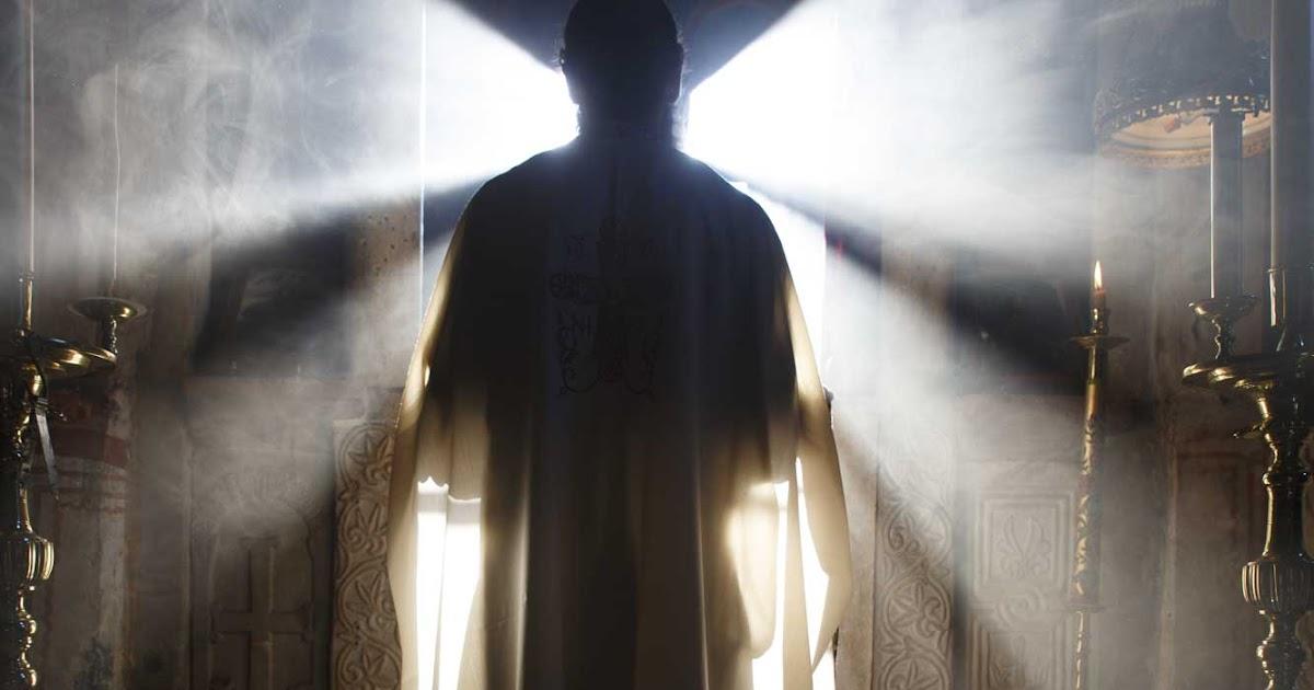 Αποτέλεσμα εικόνας για Ο κυρ Μανώλης ήταν ήσυχος άνθρωπος. αγαθός και λιγάκι αφελής. Είχε δέκα τέσσερα χρόνια νεωκόρος στους Αγίους Ταξιάρχες.