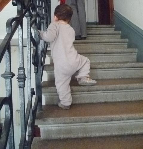 merci qui merci montessori apprendre monter les escaliers. Black Bedroom Furniture Sets. Home Design Ideas
