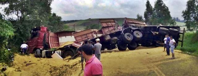 Acidente com caminhão interdita PR-462