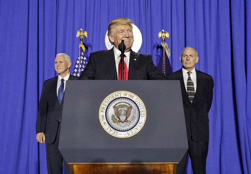 Resultado de imagem para Trump assina ordem para construção de muro na fronteira dos EUA com o México