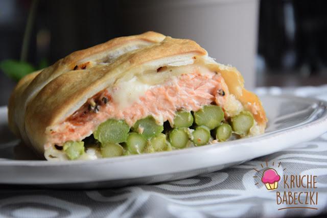 Szparagi z pstrągiem łososiowym i mozzarellą w cieście francuskim