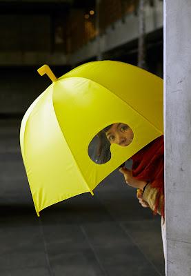 Diseño industrial divertido de paraguas para mojarse menos