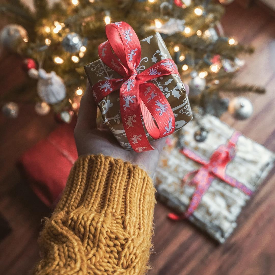 prezent, święta w Polsce, święta, prezenty, ładnie zapakowany prezent, musztardowy sweter