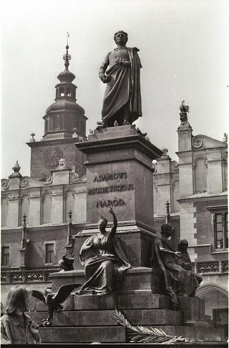 Cracovie, Rynek Główny, Place du Marché, Adam Mickiewicz, © L. Gigout, 1990