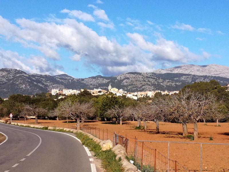 Foto: paesino di Campanet con sullo sfondo la Sierra de Tramuntana
