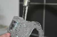 Πώς αφαιρούμε τους λεκέδες από άλατα σε ποτήρια ή κανάτες νερού