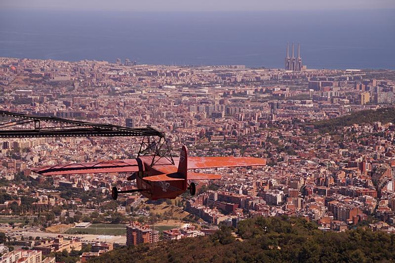 Blick auf Barcelona und Meer vom Hausberg Tibidabo im Sommer