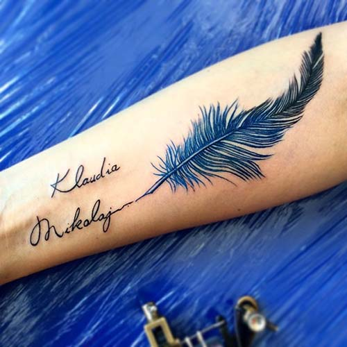 name tattoo with blue feather mavi tüyle isim dövmesi
