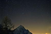 Kometa 46P/Wirtanen, zdjęcie z 05.12.2018 r. Credit: Alessandro Dimai, Cortina d'Ampezzo, Włochy. Dobry kadr do uzmysłowienia sobie widoku gołym okiem w dobrych warunkach obserwacyjnych - tu kometa nad włoskimi Dolomitami, według autora łatwo widoczna gołym okiem. Canon 6D MK2 + 70mm i 100mm f/4, ISO 12800, ekspozycja 5x6sek.