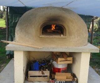 Grand four à pain en terre réalisé avec des élèves du collège