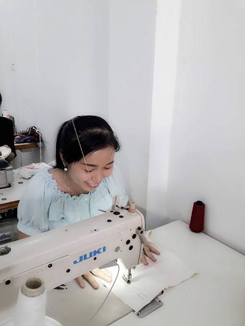 Học Viên Trinh Lê đang học lớp cắt may thời trang để mở tiệm
