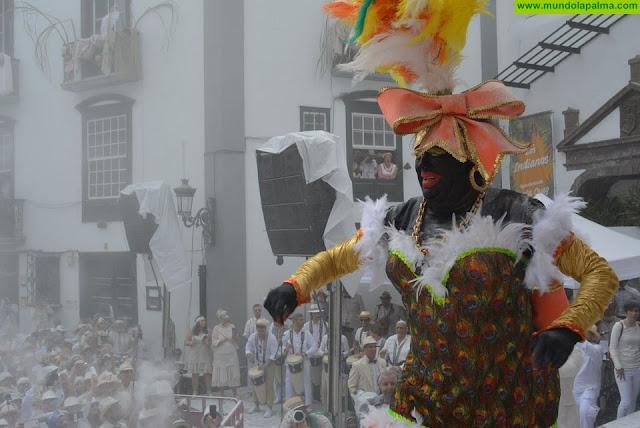 Los Indianos tomaron Santa Cruz de La Palma en el lunes grande del Carnaval de Canarias