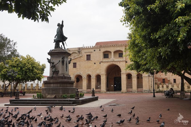 estatua colon y catedral santo domingo