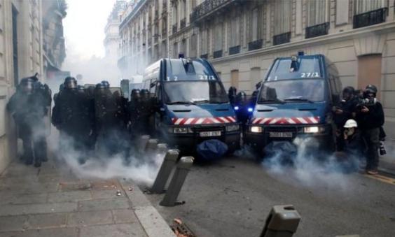 الشرطة الفرنسية، تستخدم الغاز المسيل للدموع لتفريق المتظاهرين.