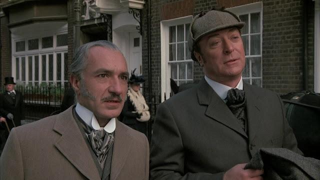 Le Dr. Watson (Ben Kingsley) et le faux Sherlock Holmes (Sir Michael Caine) dans Élémentaire, mon cher… Lock Holmes, réalisé par Thom Eberhardt (1988)