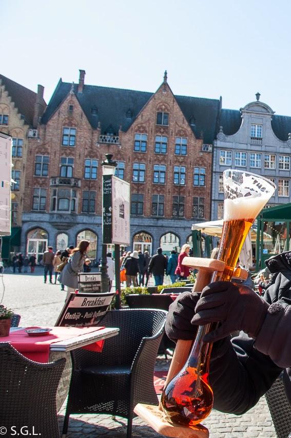 Cerveza en la Grote Markt de Brujas
