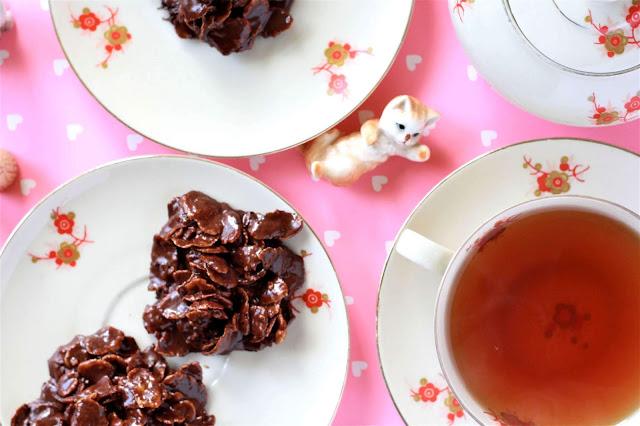 Cornflakes Schoko-Kekse - gedeckter Tisch