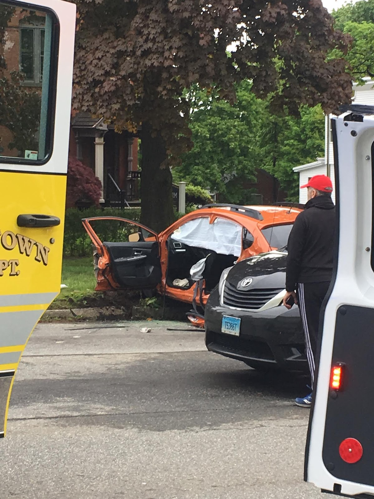 middletowneye: Firetruck accident closes Washington Street