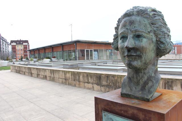 Busto de Clara Campoamor en la entrada de la casa de cultura de San Vicente