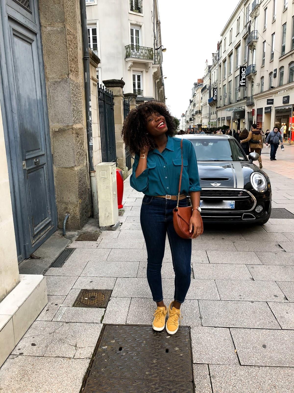 mia faker jean brut baskets jaune moutarde chemise bleu canard