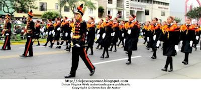 Foto de los alumnos de la IEP Liceo Santo Domingo (El Pinar - Comas) en desfile de Parada Militar 2012. Foto tomada por Jesus Gómez
