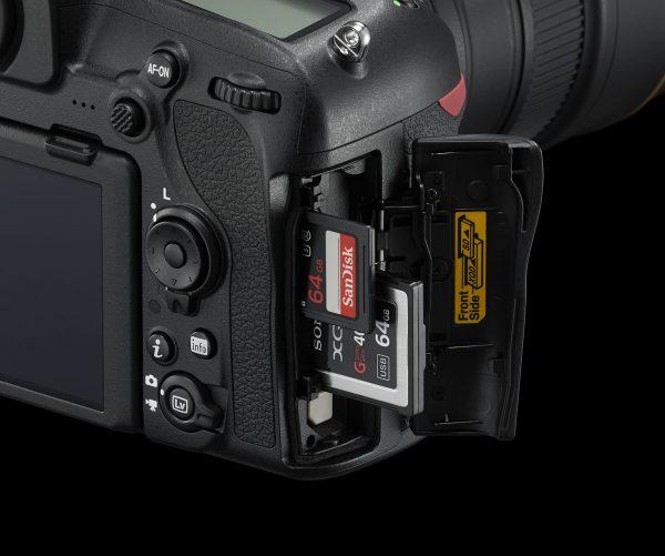Отсек для карт памяти в Nikon D850