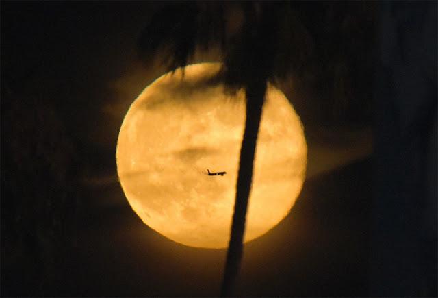 Super Lua e avião