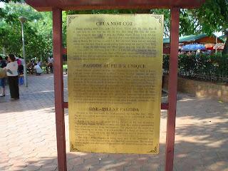 Cartel en la Pagoda del Pilar Único. Hanoi (Vietnam)