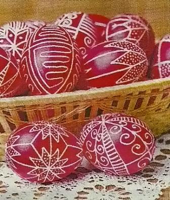 Оформление яиц с красителями и канцелярскими резинками